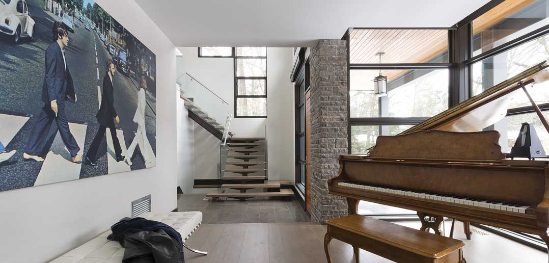 Family, Design and Hockey: a Modern Home Dwelling